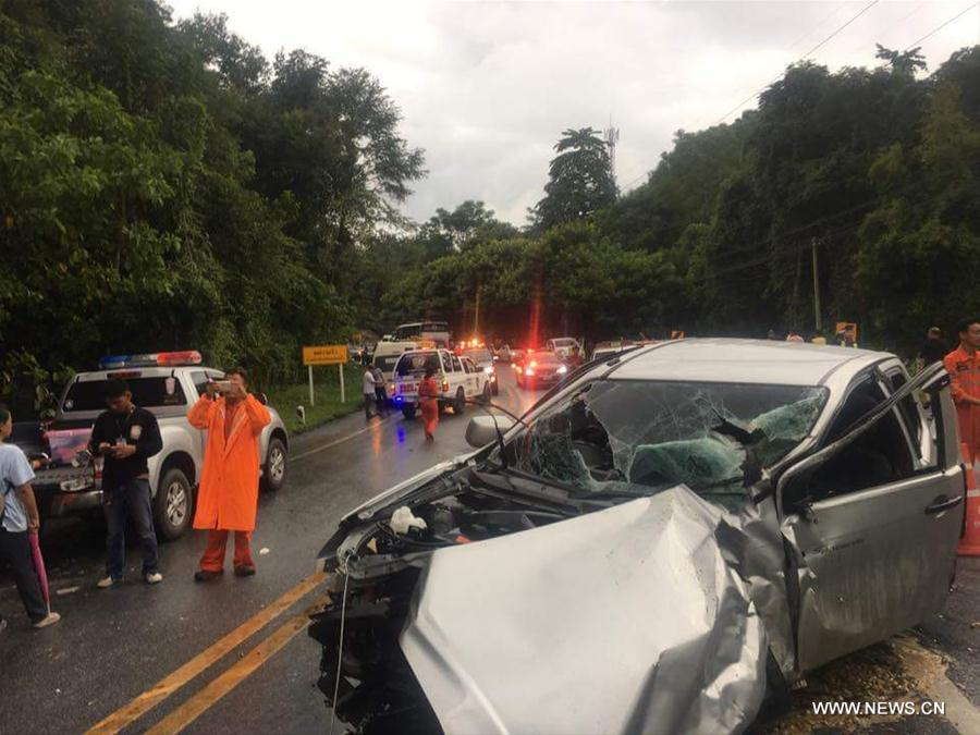14 injured in van and pick-up crash in Chiang Mai | The Thaiger