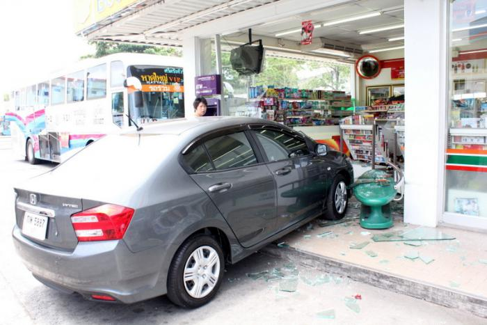 Phuket Drive Thru: Woman blames car for surging into 7-Eleven | Thaiger