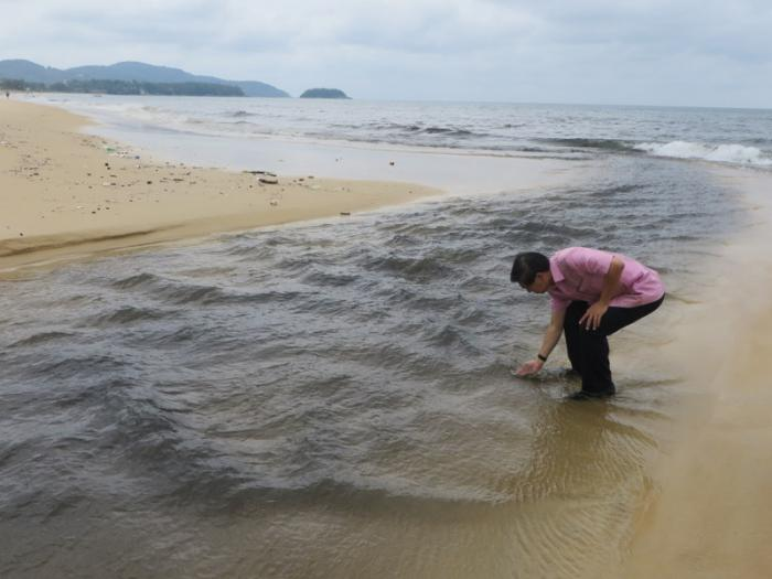 Governor pushes for black water solution after Karon Beach water runs foul again [video] | Thaiger