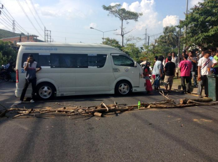 Angry Phuket mob stages blockade over twin teen rape suspects | Thaiger