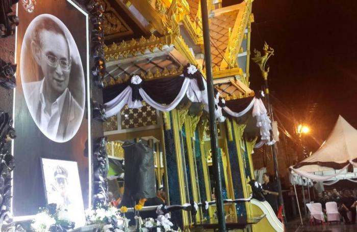 Patong mayor, locals pray for King | The Thaiger