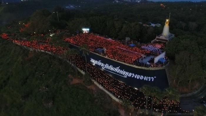 Promthep Cape lights up in memory of His Majesty | The Thaiger