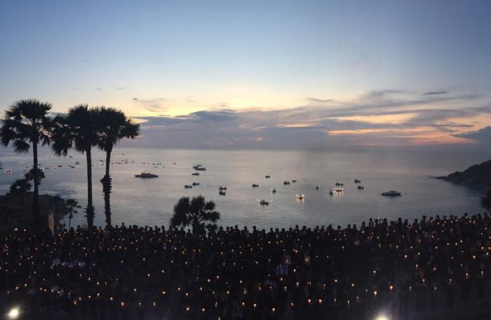 Thousands gather at Laem Promthep to honor HM | The Thaiger