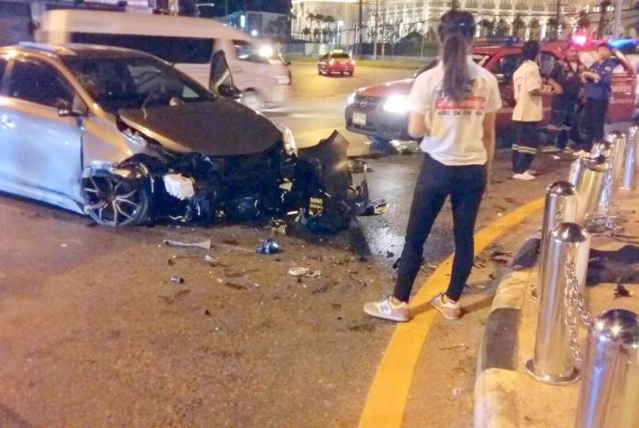 Police officer unstable after crashing into Heroines' Monument barrier | The Thaiger