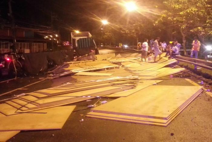 Traffic held up for three hours after truck spills plywood load | The Thaiger