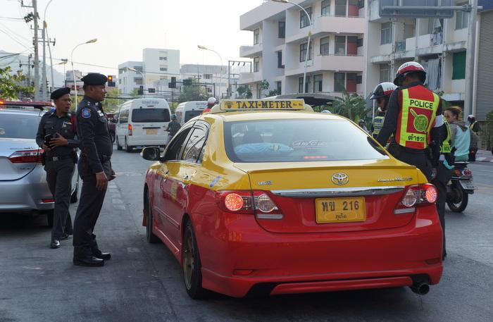 Checkpoint police nab 21 taxi drivers, most for poor dress sense | The Thaiger
