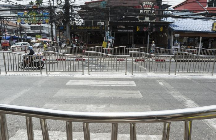 Sidewalk barriers in Patong raise concerns | The Thaiger