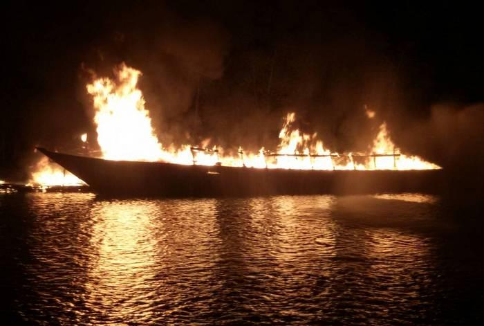 B3mn Phuket longtail bursts into flames | The Thaiger