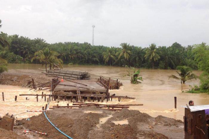 Motorists stranded as deluge causes bridge collapse in Krabi | The Thaiger