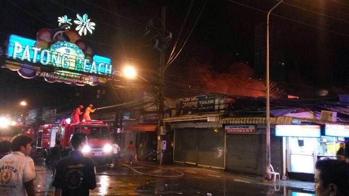 Blaze guts alleyway of shops in Patong [video] | The Thaiger