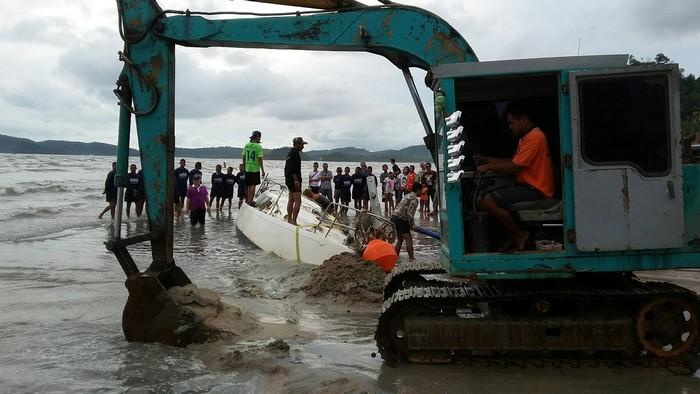 Beached yacht at Ao Nang refuses to budge | The Thaiger