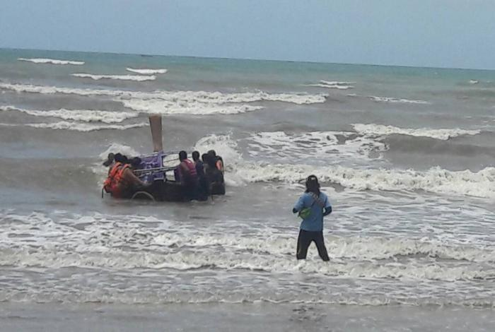 Boat operator rescued after fierce waves capsize longtail | The Thaiger