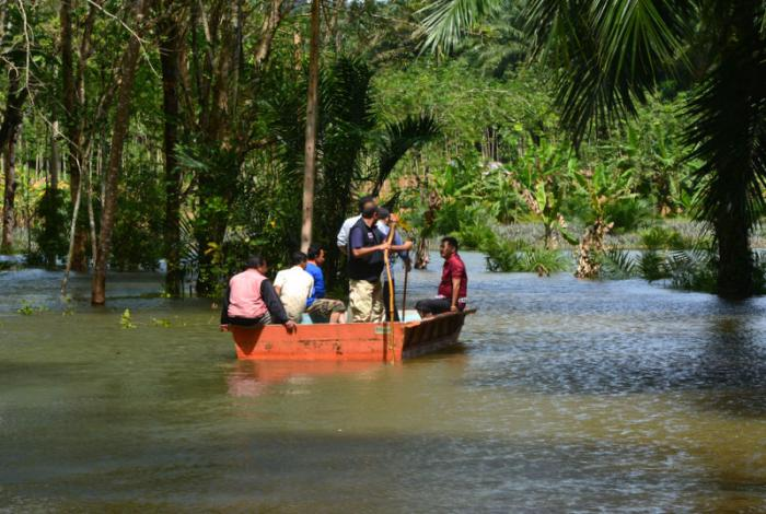Floating officials visit flooded village | The Thaiger