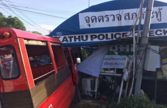 Phuket tuk-tuk driver injured after crashing into police box | The Thaiger