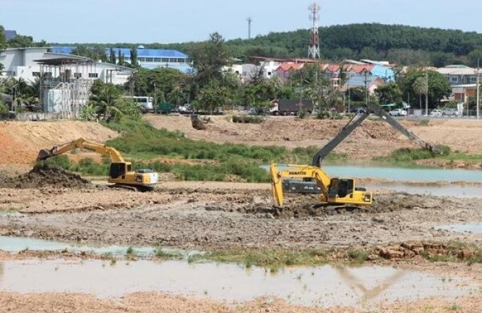 Phuket reservoir dredged to prepare for dry season | The Thaiger