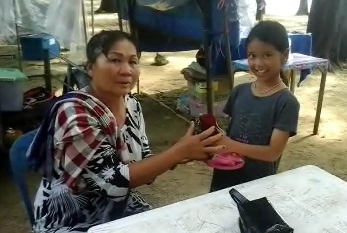 Little Phuket girl rewarded for returning bag full of cash and gold   The Thaiger