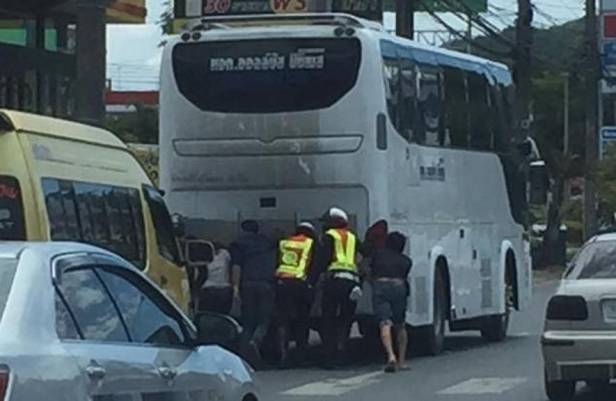 Phuket police, good Samaritans help ease traffic as another bus breaks down | The Thaiger