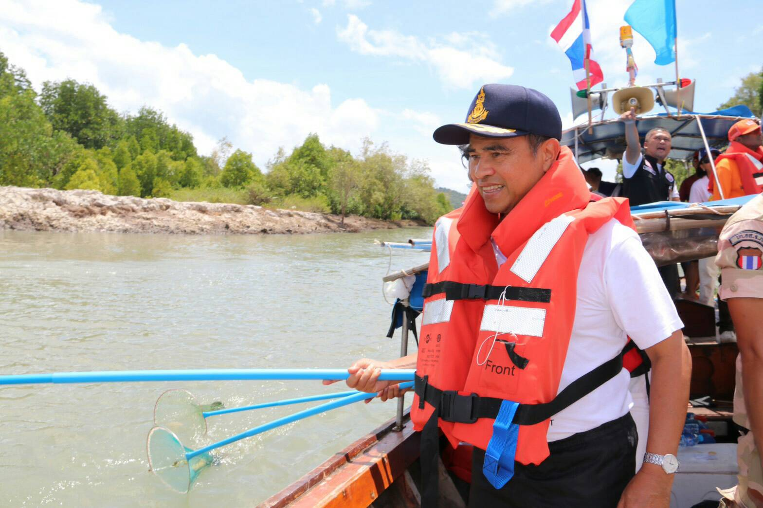 Governor leads the way. Cleaning Tha Chin Canal in honour of HM Queen's Birthday  | The Thaiger
