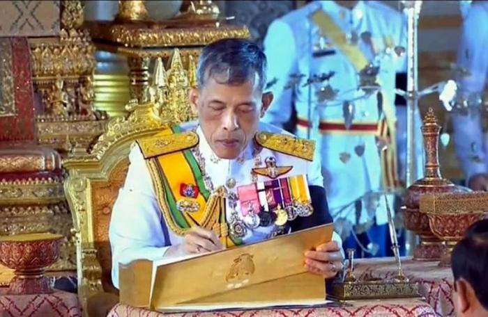 His Majesty the King signs Thailand's new constitution | The Thaiger