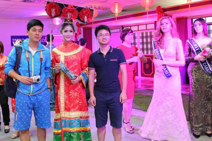 Chinese tourists receive warm welcome at Phuket International Airport | The Thaiger