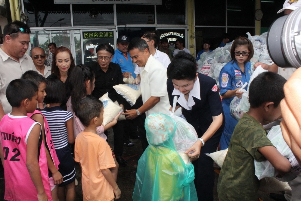 Donations for 1,500 unprivileged locals during Por Tor festival | The Thaiger