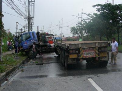 Semi-trailer jackknifes, causes 5km tailback | The Thaiger