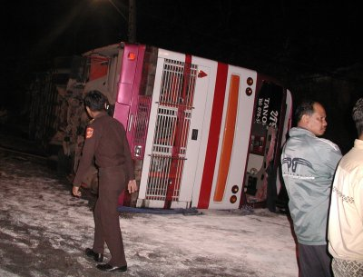 Tourists hurt as bus overturns | The Thaiger
