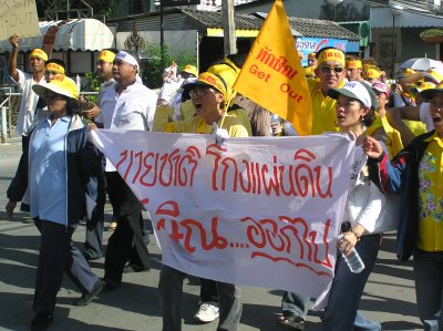 Anti-Thaksin protesters march through city   The Thaiger