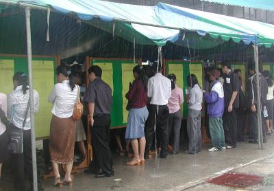 Job seekers undeterred by downpours | The Thaiger