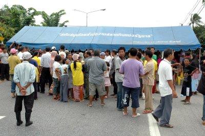 Angry mob blocks main road after crash death   Thaiger