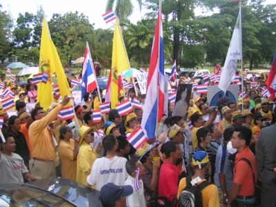 PAD members march on Provincial Hall | The Thaiger