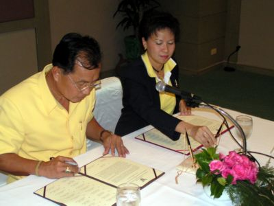 Island authorities sign trash management MOU | The Thaiger