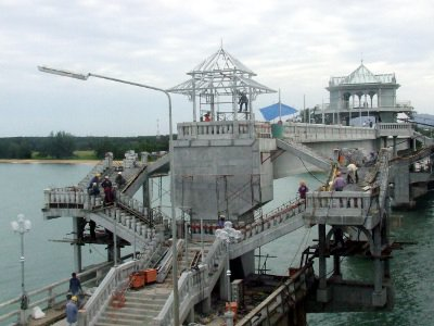Pedestrians reclaim Phuket's Sarasin Bridge | Thaiger