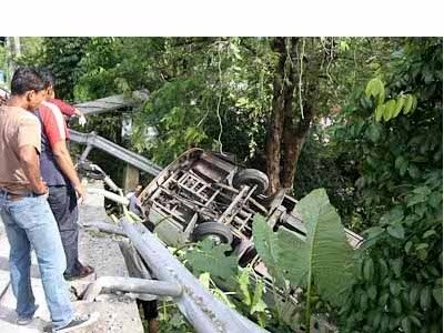 Phuket Breaking News: Bus overturns on Chalong-Kata hill | Thaiger