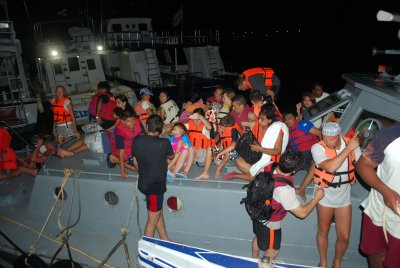 Stranded Phi Phi tourists towed to Phuket safety | The Thaiger