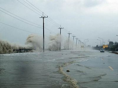Villagers in southern provinces panicked by high waves; Phuket not affected | The Thaiger
