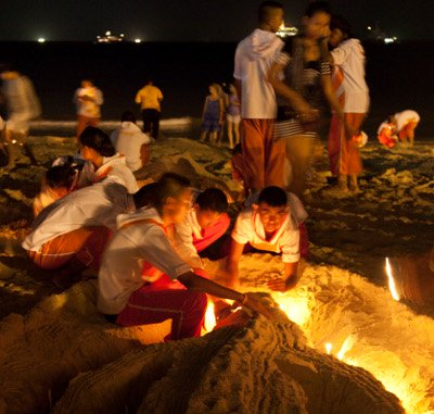 Phuket aglow with tsunami memorial ceremony | The Thaiger