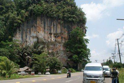 Krabi tourist vans slam into fallen karst boulder | The Thaiger