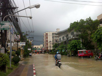 Roads reopen as floods recede, but residents still on high alert | The Thaiger