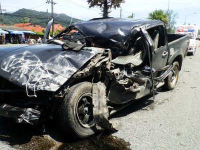 Lucky escape for Phuket driver as police hunt 18-wheeler | The Thaiger