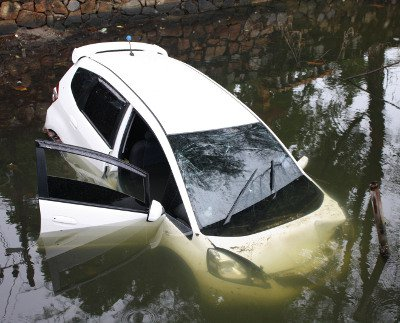 Six survive after car plunges into Phuket pond | The Thaiger