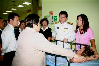 Phuket Governor visits Aussie accident victims | The Thaiger