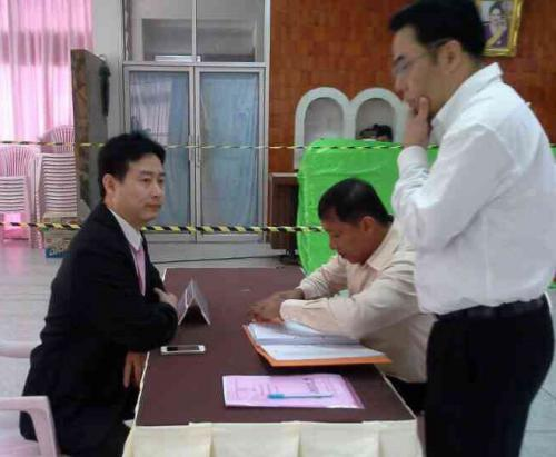 Phuket Pheu Thai candidate braves protest to enroll | The Thaiger