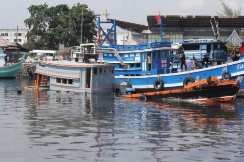 Officials scramble as illegal tanker sinks, spills oil into Phuket canal | The Thaiger