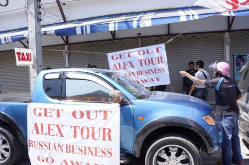 Taxi driver mob tears down Russian tour agency sign, forces closure   Thaiger