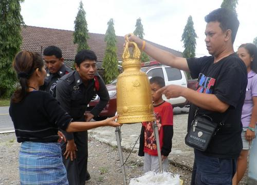 Alarmed drunkard dumps temple bell, flees scene | The Thaiger
