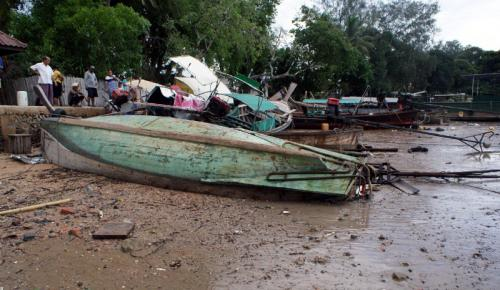 Rough seas along Krabi coast capsize 60 boats, two injured | The Thaiger