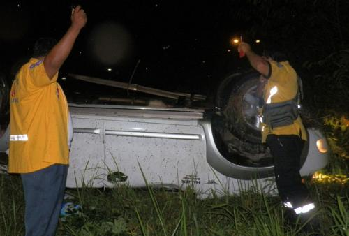 8 injured as Phuket pickup flips, rolls into field | Thaiger