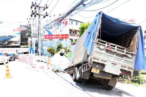 Phuket Brake Failure: 10-wheeler flies off Patong Hill | The Thaiger
