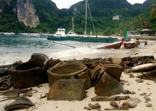 Freak wave wreaks havoc on Phi Phi long-tail boats | The Thaiger